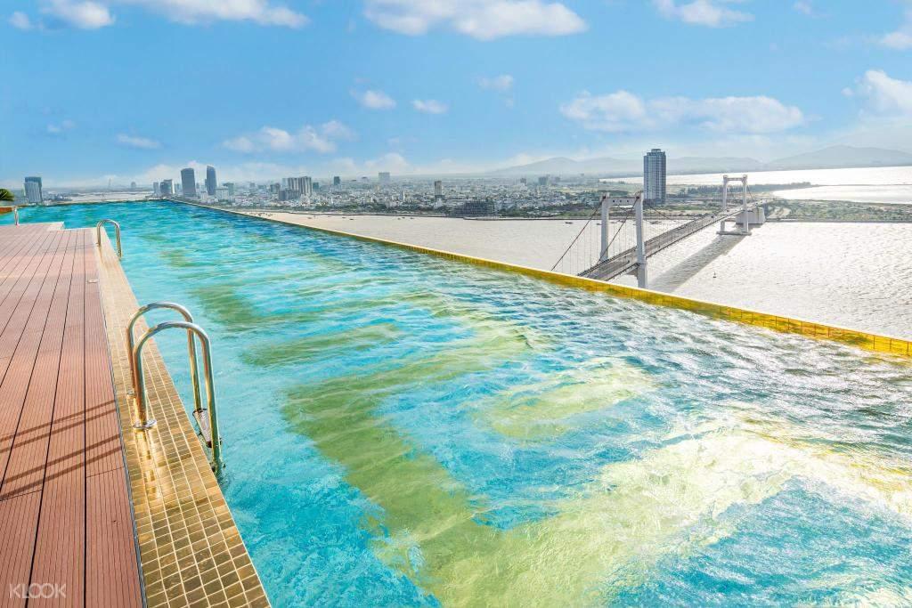 Bể bơi Golden Infinity mang đến một tầm nhìn tuyệt vời của hoàng hôn và đường chân trời vô tận